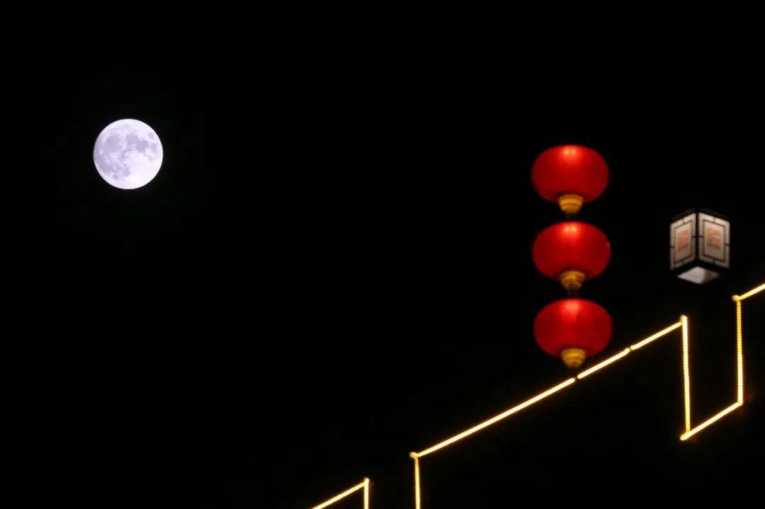 """今年中秋""""十五的月亮十六圆"""""""