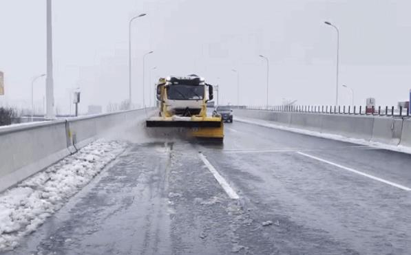 更澳门威尼人在线丨闻令而动清雪除冰 保障道路安全通畅
