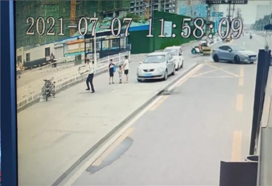 濟寧正能量丨行車途中遇電動自行車自燃 公交駕駛員見義勇為獲點贊