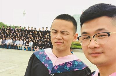 """安徽师大现""""两个人的毕业照"""" 走红后当事人这么说"""