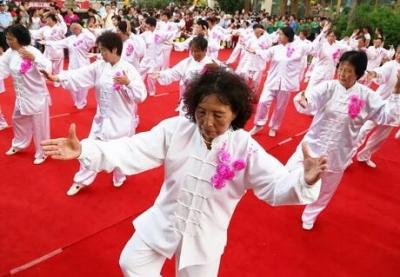 64岁大妈靠广场舞跳出40万年薪 背后是万亿级市场