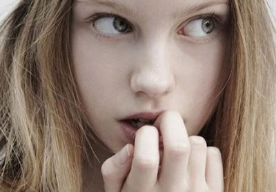 为何有人爱咬指甲?可能是有负面情绪和精神压力