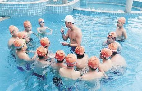 邹城中小学生普及游泳培训班开班 700余人免费学游泳