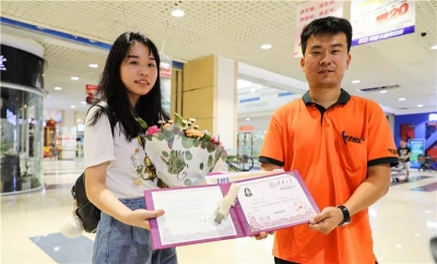 济宁首份录取通知书送达 美女学生考上清华大学