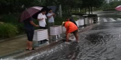 暴雨袭城!济宁部分路段积水严重 多部门联动清理积水(图)