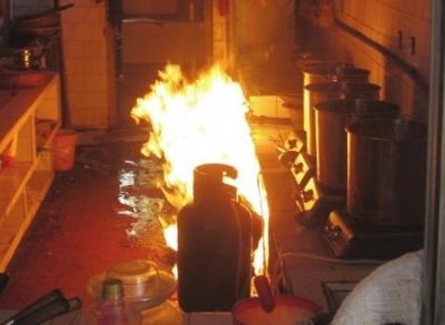 梁山一居民家中起火 危急时刻民警抱起燃烧的煤气罐就跑