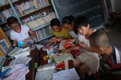 """微山乡村教师办""""爱心书屋""""  为留守儿童义务辅导功课"""