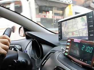 """出租车司机宰客被查:藏遥控操纵计价器""""跳表"""""""