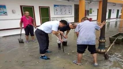 """暴雨来袭,汶上县党组织和党员干部为群众撑起一片""""晴天"""""""