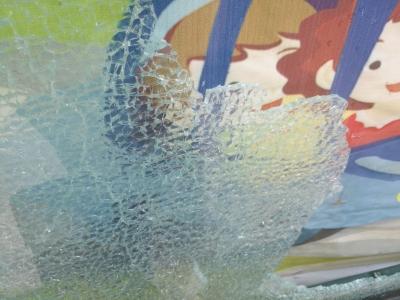 古槐路一广告橱窗玻璃碎裂  玻璃碎渣掉一地(图)
