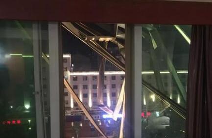 女子住宾馆半夜拉开窗帘吓了一跳 楼外倒挂一人