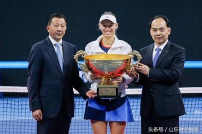 中国人寿集团副总裁、寿险公司总裁苏恒轩为中网女单冠军颁奖