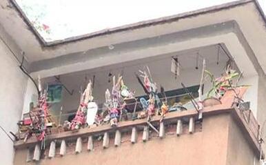 """女子阳台挂了上百面镜子:对面宿舍楼""""妖气太重"""""""