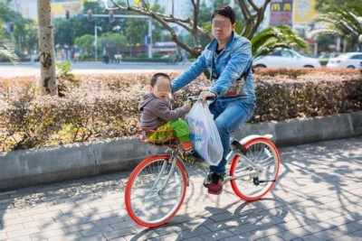 注意!别再用共享单车车筐载娃了,已有孩子出事