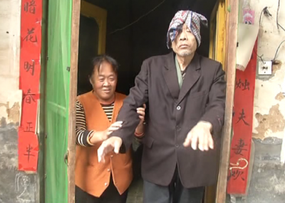 感人!因病致盲三十年  弟媳:我就是你的眼!