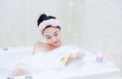清晨沐浴醒脑、睡前洗澡助眠 早晚洗澡功效不同