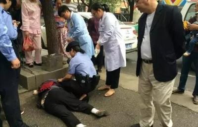 泗水老人低血糖晕倒路边,龙8女警花帮他脱险