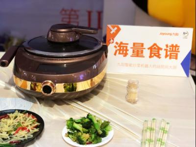 小学生也能叫板星级大厨? 用炒菜机器人给妈妈做道暖心菜
