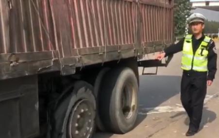 """""""心大""""司机,轮胎都成这样了,还敢在高速上开!"""