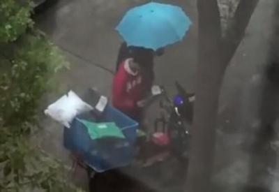 快递员快递被偷雨中哭泣?小哥:未被偷 系与女友吵架
