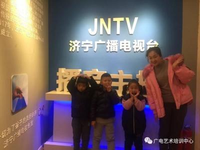 主持人栾维娜在济宁广播电视台等你来上课