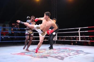 济宁举办世界自由搏击争霸赛,泰国拳手被KO一幕,燃爆了!