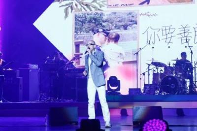 歌手平安演唱会引发全场大合唱 公开儿子照片