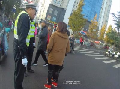 这个辱骂交警、抢摔执法记录仪的龙8女子被刑拘了!