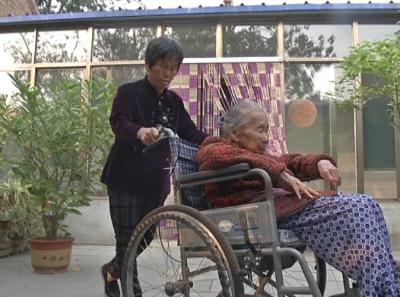 王翠英照顾百岁养母:你把我养大,我陪你变老!