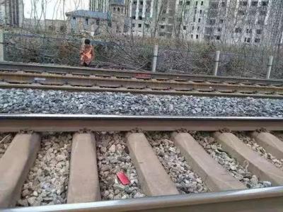 最担心的事发生了!坐火车时上厕所,手机顺着洞掉了下去