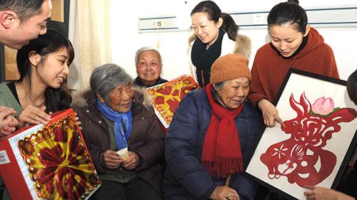 百岁老人每月不低于300元,山东统筹困难老人补贴