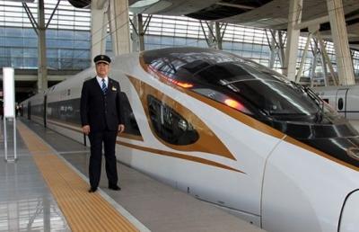 """从蒸汽机车到""""复兴号"""" 这位火车司机26年考了8本驾照"""