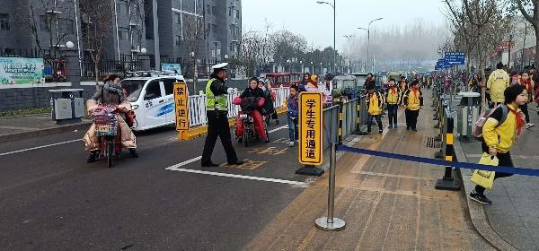 """济宁北湖交警设""""护学岗"""",有他们在家长们很放心"""