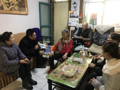 """古槐街道东门社区""""两委""""成员走访慰问空巢老人"""