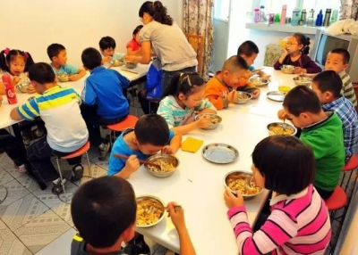 """孩子午间托管难 校外""""小饭桌""""不该在灰色地带徘徊"""