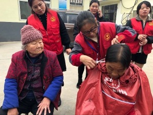 兖矿济东义工团为敬老院送去百余床被褥、40余双拖鞋