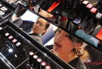 化妆品消费席卷中国?千禧一代到六旬老太都在护肤