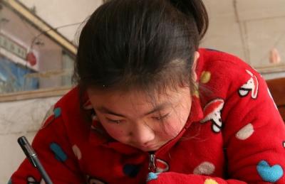 爸去世妈改嫁 十岁女孩谈起妈妈悄然落泪