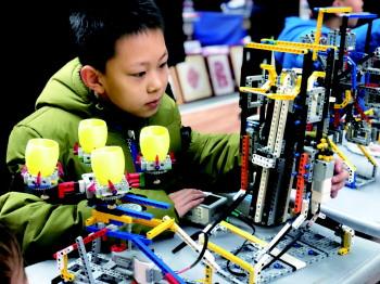 """龙8市第三届""""创客节""""开幕 这俩学生为残疾人送福利"""