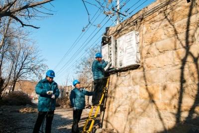 战寒流更换老旧电表箱 提高居民供电可靠性