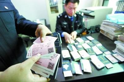 12人因霸座、扒阻车门被行政拘留 2558名票贩子被抓