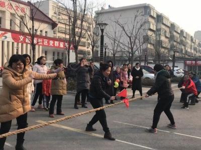水泊街道:拔河比赛齐参与 居民健康欢乐行