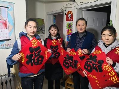 """迎新春,志愿者""""送福""""来了!社区居民笑开颜"""