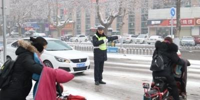 风雪无阻!不惧严寒!做什么赚钱快交警在路上