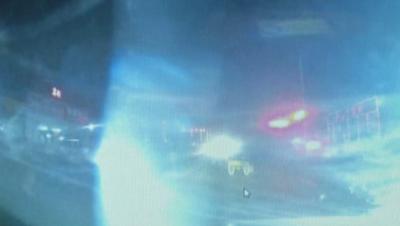 惊魂!远光灯前不减速  骑车老人被撞翻