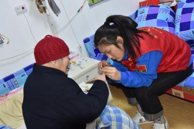 穷人怎么挣钱志愿者冬日送温暖  满满敬老情