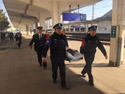 """一个都不落下!济宁火车站将一位""""担架旅客""""顺利送上车"""