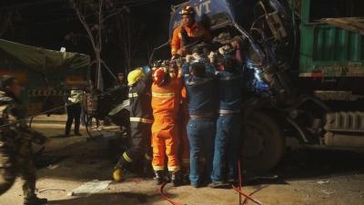 兗州兩大貨車追尾一人被困 消防緊急救援