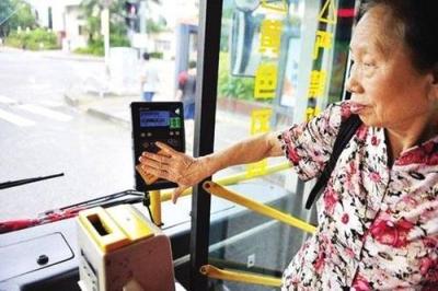 取消老年公交卡,公交就不擠了?