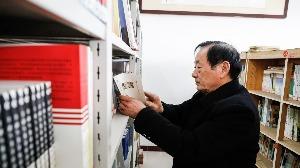 鱼台退休干部鉴兆飞的农家书屋魅力大,牌迷变书迷